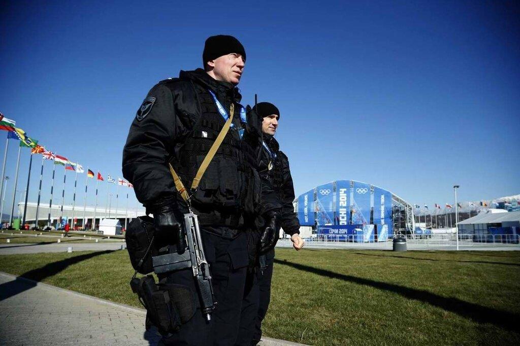 Вооруженный полицейский патруль перед входом на олимпийский объект на территории Сочи