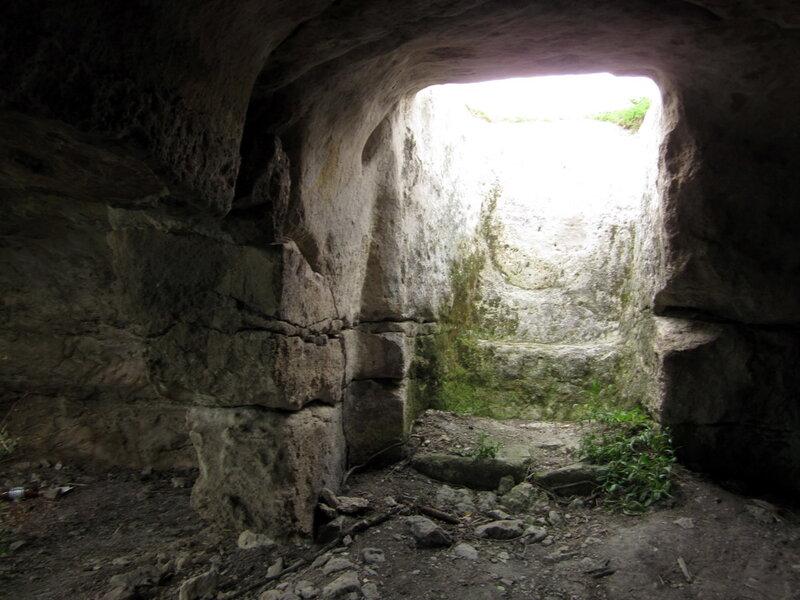 ступени в пещерную комнату