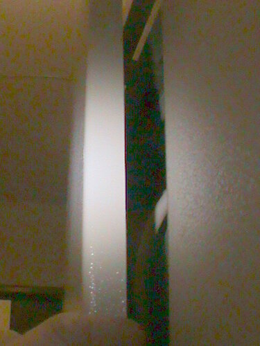 Фото 4. За счёт наличия зазора между дужкой замка и проушинами дверей этажного щита левую дверь (за ней расположены автоматические выключатели) удалось приоткрыть.