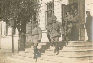 Керчь.Немецкие офицеры выходят из здания