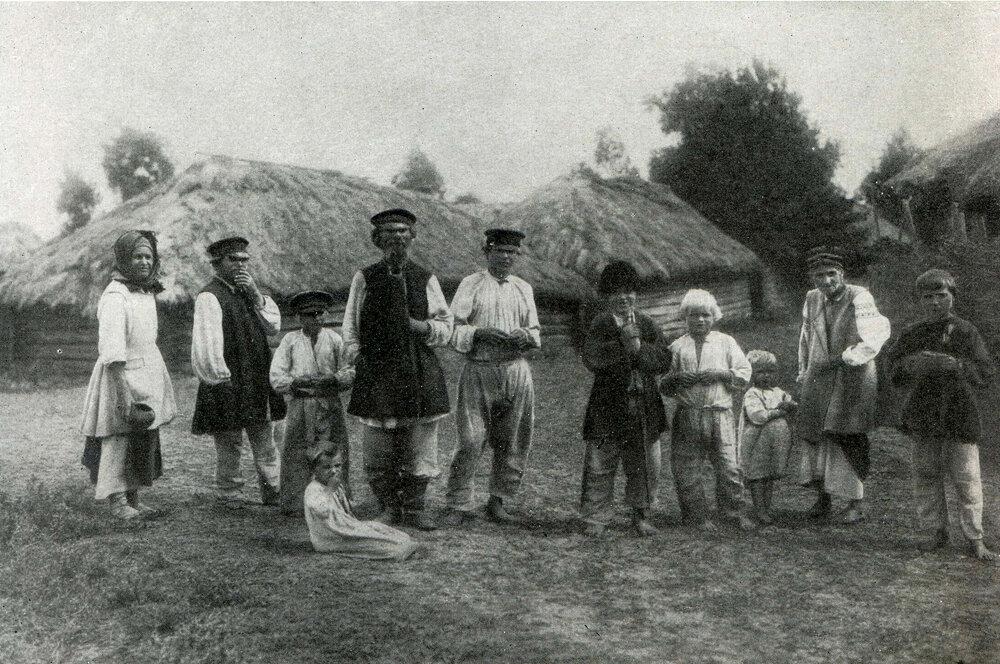 Группа крестьян в летней одежде. С. Пакуль. Михайло-Коцюбинского р-на Черниг обл. 1903 г.