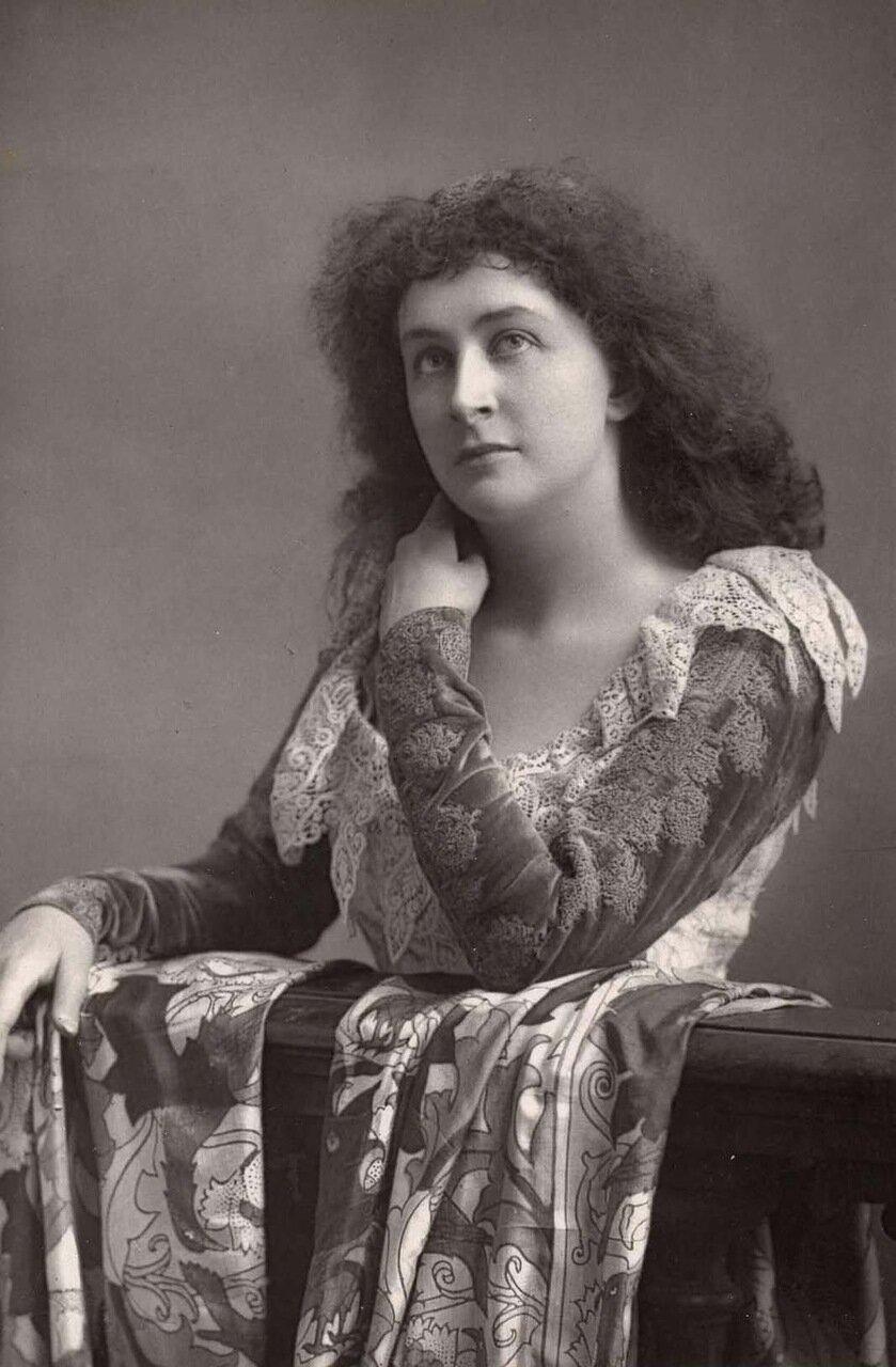 Эмма Эймс.1865-1952. Американское лирическое сопрано. Здесь она в образе Джульетты из оперы Гуно Ромео и Джульетта. Ее профессиональный оперный дебют состоялся в 1889 году в Парижской опере в этой роли