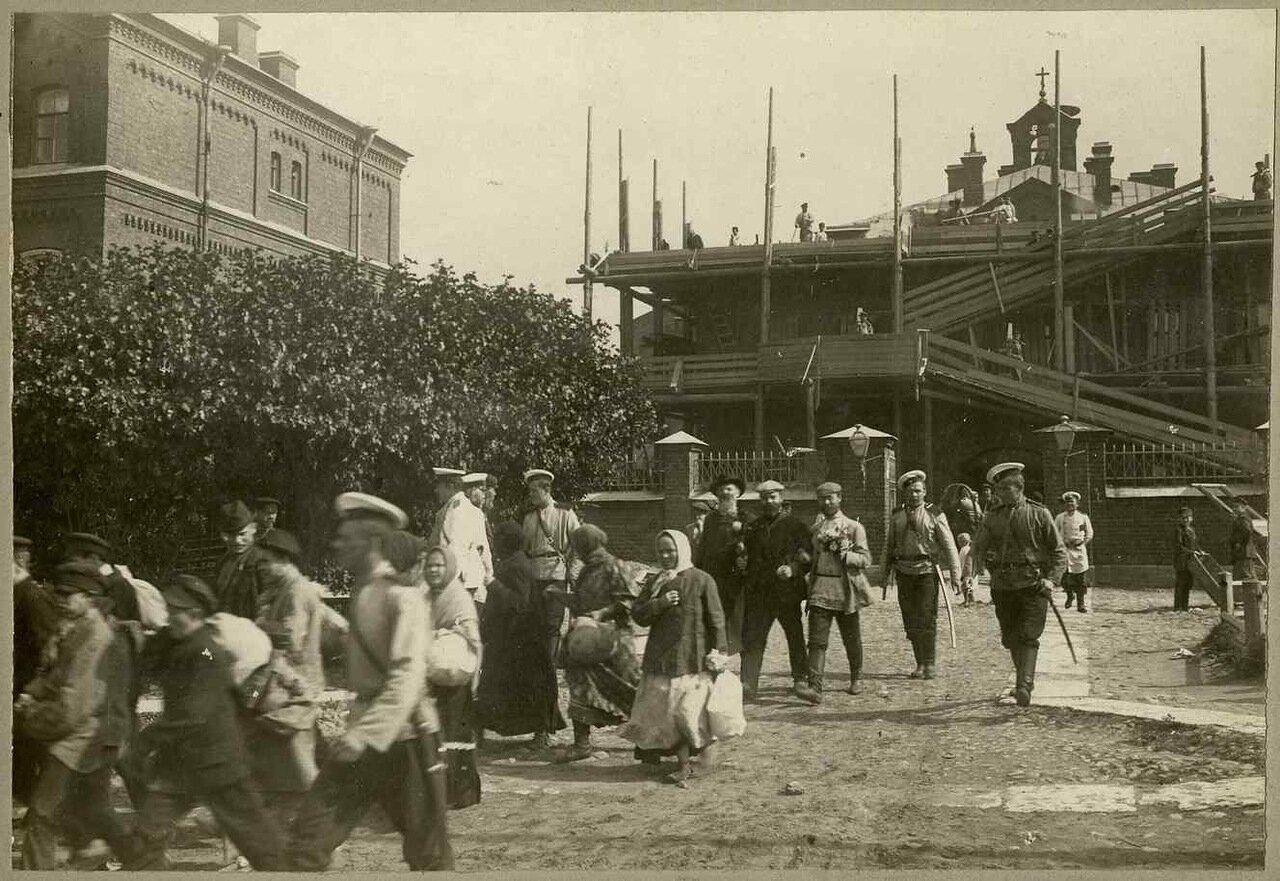 4 сентября 1906. Отправка заключенных из Петропавловской крепости в Сибирь. Парвус и Дейч в центре.
