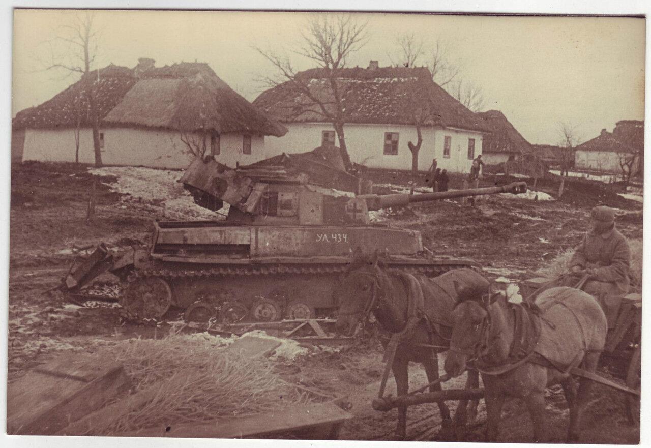 Уничтоженный немецкий танк в украинской деревне