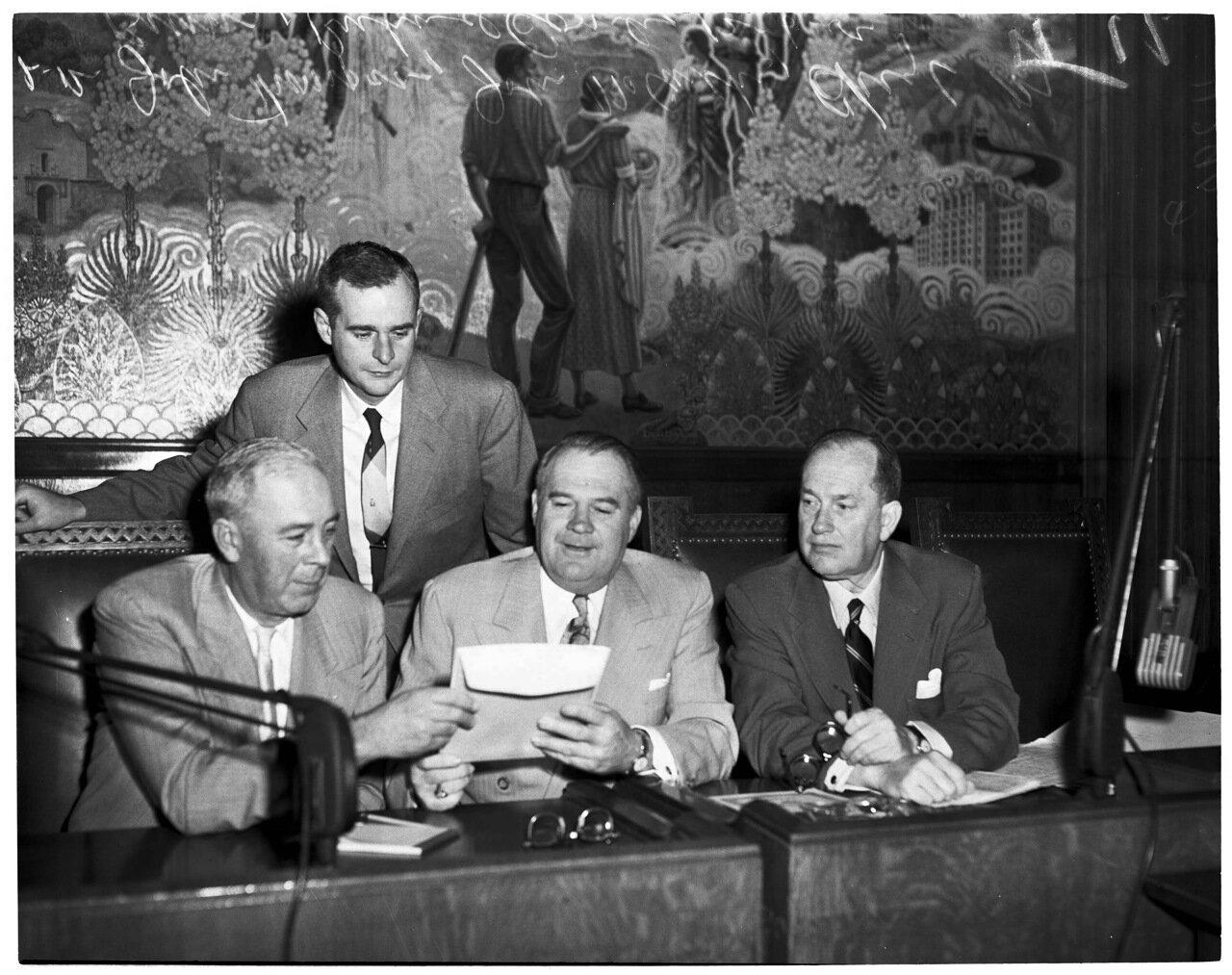 1954. 6 декабря. Комиссия по расследованию антиамериканской деятельности (дело врачей). Сенатор Джон Томпсон (Сан-Хосе), Джон Маккарти (Сан-Рафаэль), сенатор Хью М. Барнс (Фресно) и главный юридический советник Ричард Комбс (Висейлия)