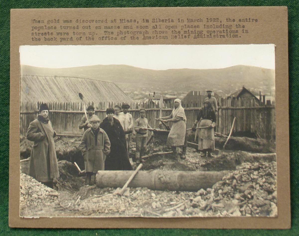 1923. Добыча золота в Миассе во дворе Американской администрации помощи голодающим
