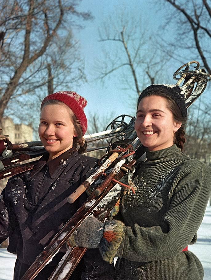 1953 Николай Козловский. Будущие педагоги Тамара Худякова и Нила Шумская на лыжной тренировке.jpg
