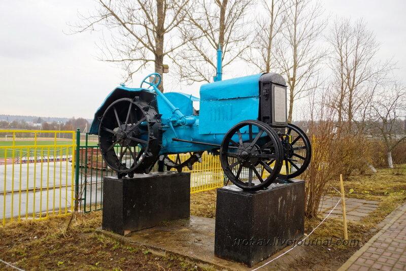 Трактор, памятник девушкам-трактористкам военных лет, Головково