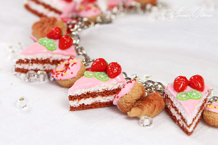 Сладкий розовый браслет с подвесками