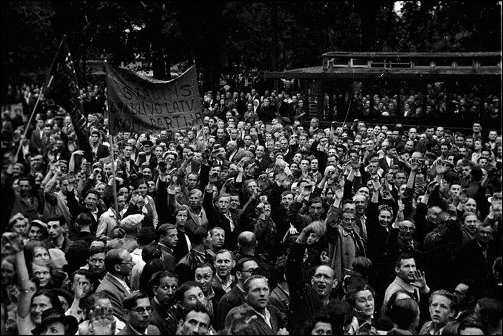 Демонстрация трудящихся г.Риги, посвященная предстоящим выборам в Латвийский народный сейм. Июль 1940 г.