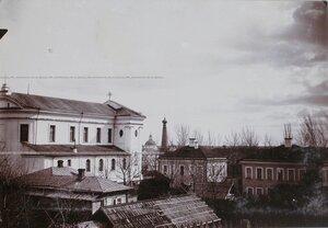 Вид на костел и дома вблизи него.
