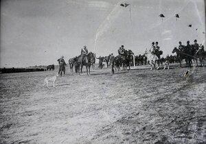 Офицеры встречают прибывшего в военный лагерь императора Николая II.