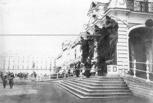 Члены императорской фамилии у подъезда Екатерининского дворца во время парада полка.