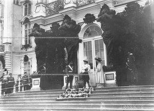 Император Николай II с членами семьи на параде 1-го стрелкового батальона у Екатерининского дворца.