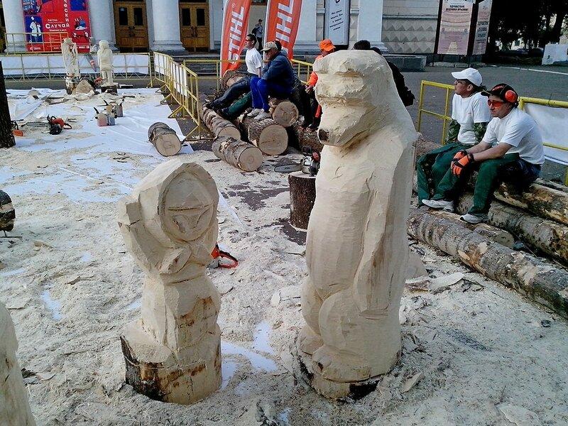 Маша и медведь  (мастер Яковлев Виктор Егорович, п. Ува) - скульптура конкурса «Лесная сказка»