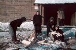 1942-01-01 Женщины Venliset дров в процессе принятия решений. В марте 1942 года. Примечание: Vrikuvien pilkonnassa Kuosmajrvell Venakoita деревянные вставки: (Kosmojrvi), марта 1942 года. Место: Kosmojrvi