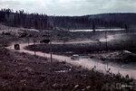 1941-10-13 Салла-Hanhijrven дороге в Персидском заливе и позиции-прибыль реки (Voitajoki) kemppi трек посвящен. Салла положение близко к реке в заливе 13.10.1941 дороги победы. Примечание: На той же точке, на фото в черно-белое изображение JSdia013 SA-57178 шведских крон. Vrikuvien Брошюра: позиция прибыли в залив дороги Тунтса заповедной области река Hanhijrven vlilt службы. Алакуртти (Salla)-Vilmajoki, Октябрь 1941. Второе изображение мыс vriku Место: Алакуртти (Salla)-Vilmajoki