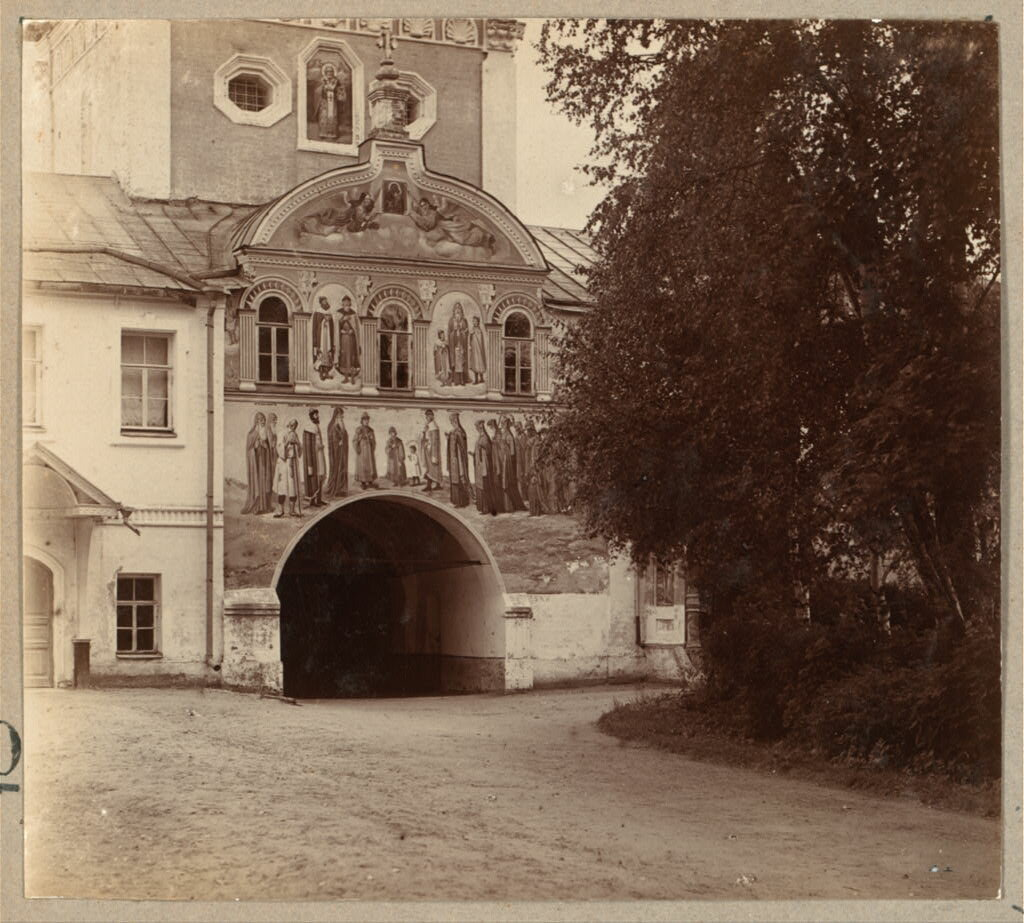 Выход из ограды Толгского монастыря с внутренней стороны. 1910.
