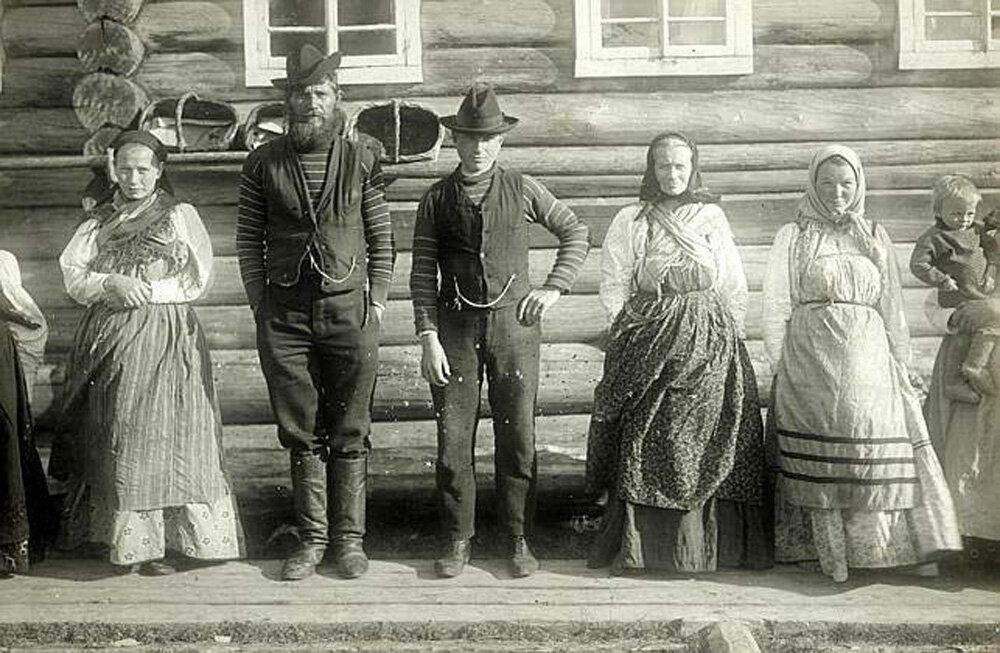 Крестьянская семья в праздничных костюмах. (Беломорское поморье)