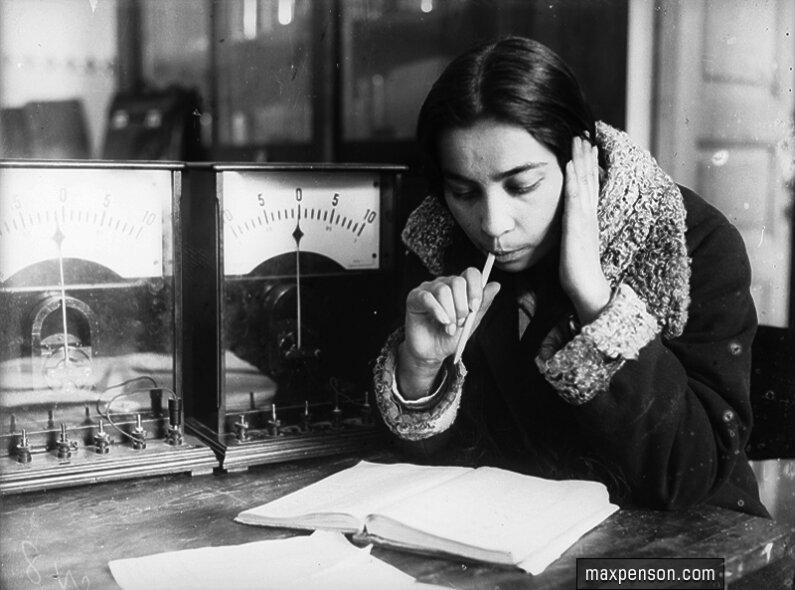 Девушка с книгой у лабораторных электроприборов