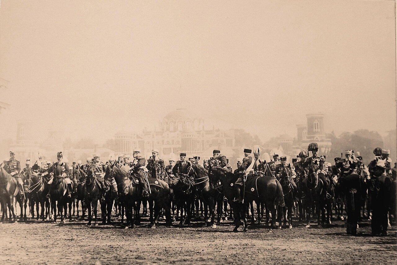 Высшие офицерские чины, представители иностранных делегаций, приглашённых на торжества коронации, перед началом парада на Ходынском поле; 3-й справа (на коне) - наследный крон-принц Швеции и Норвегии Густав
