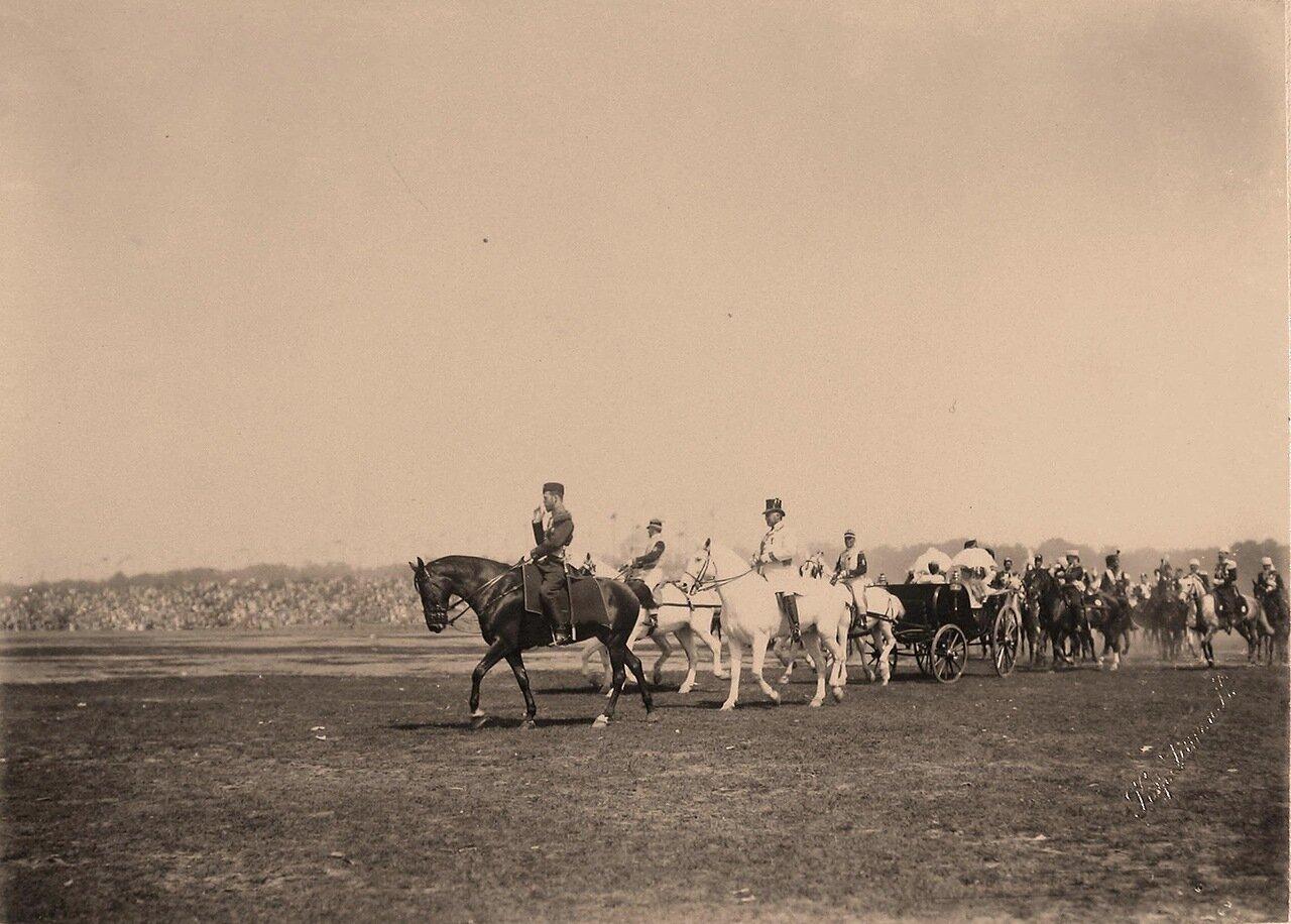 Император Николай II (впереди на коне), императрицы (в экипаже), высшие офицерские чины, гости, приглашённые на торжества коронации, следуют к месту проведения парада на Ходынском поле