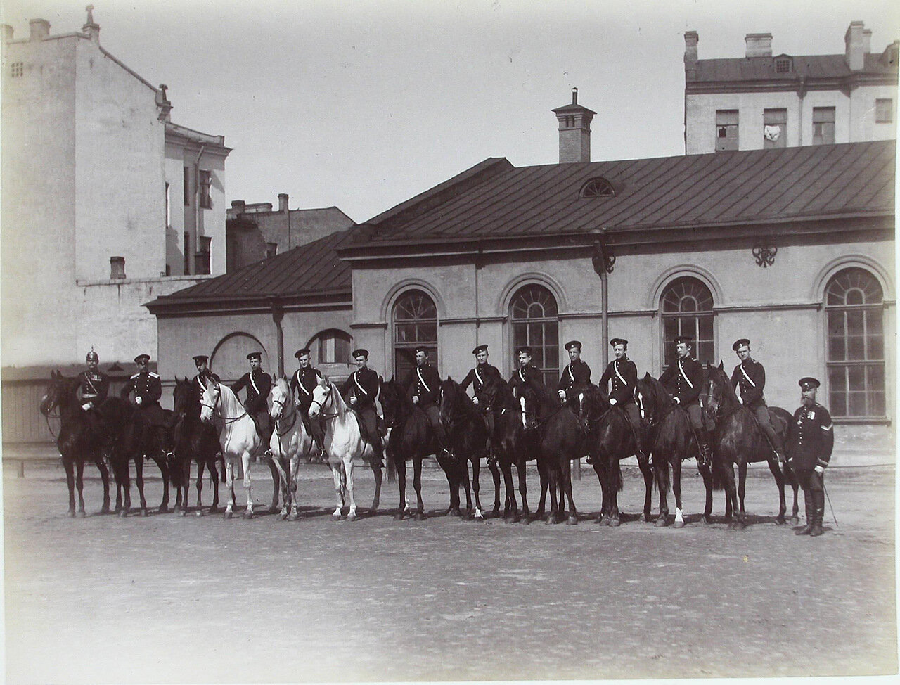 07. Группа пажей - воспитанников корпуса - во время занятий верховой ездой