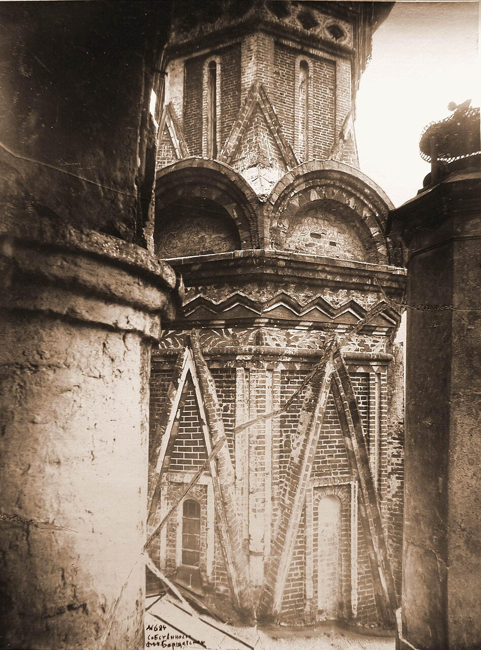 Вид части стены и барабан северного придела Покровского собор