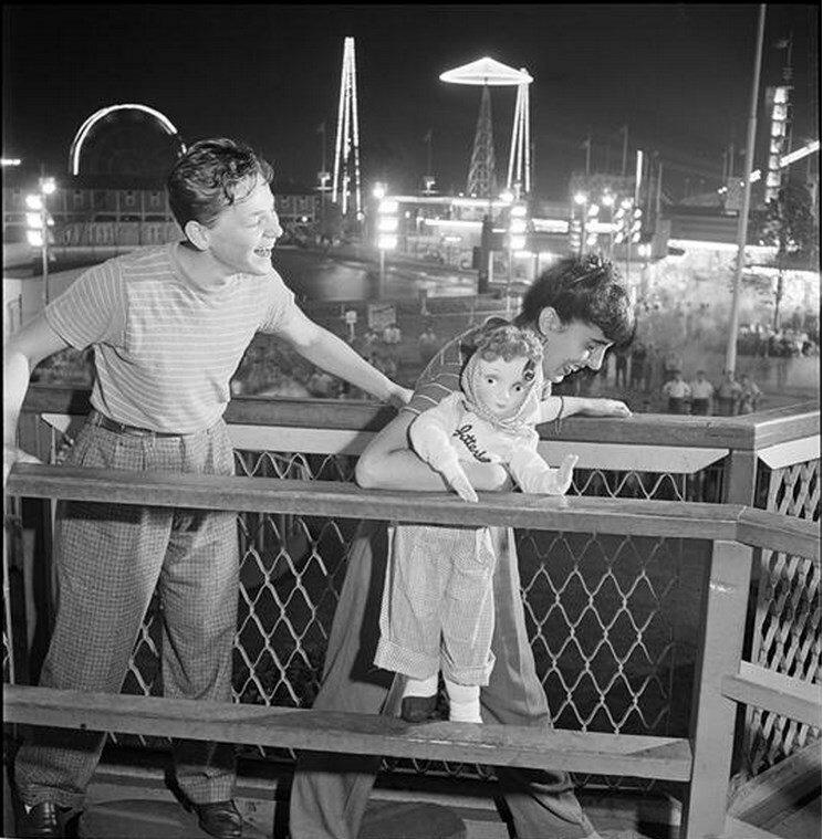 1946. Парк развлечений Палисейдс. Мужчина и женщина с куклой