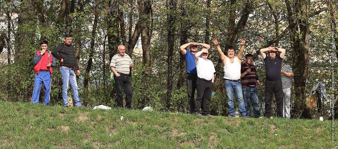 москвичи на берегу КиМ
