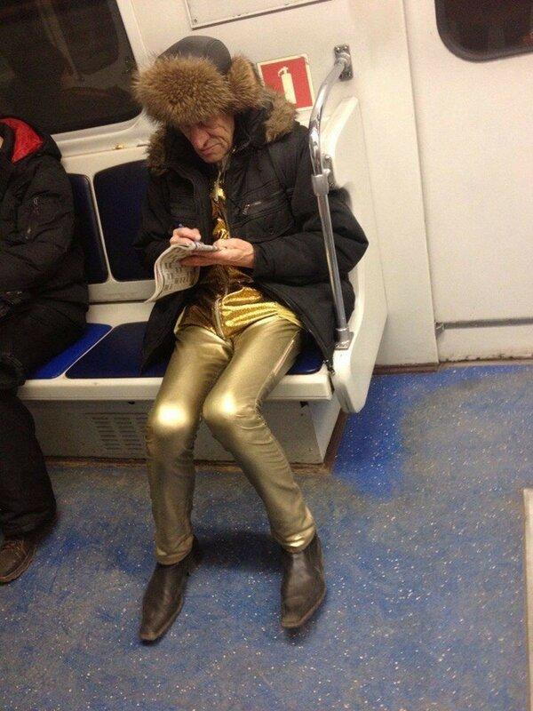 Мужчина в красных сапожках на каблуках
