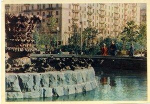 Москва. Фонтан на Ново-Песчаной улице. Фото Г. Петрусова. Правда, 1957, 350 тыс.jpg