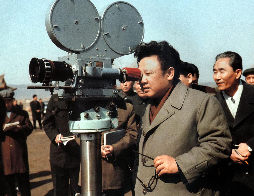 8. Ким Чен Ир дает советы во время съемок документального фильма в марте 1979 года. (Korean Central