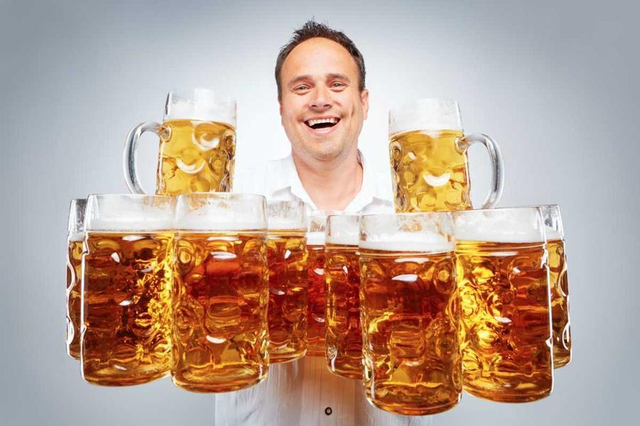 18. Немец Оливер Штрюмпфель сумел перенести на 40 метров 25 кружек пива.