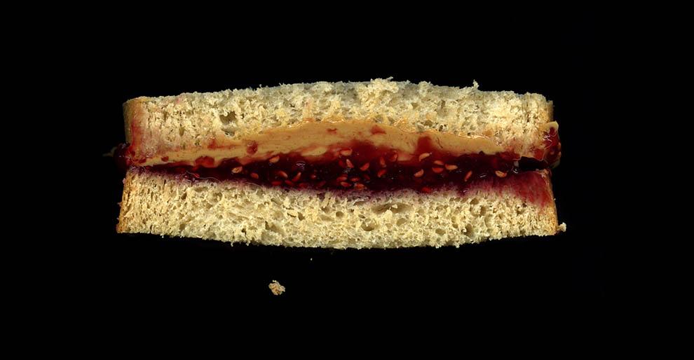 9. Арахисовое масло, малиновый джем, белый хлеб.