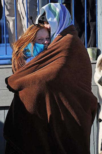 11. 17-летний Эндрю Лэмб из Эри, обнимает свою подругу 15-летнюю Сару Бир.