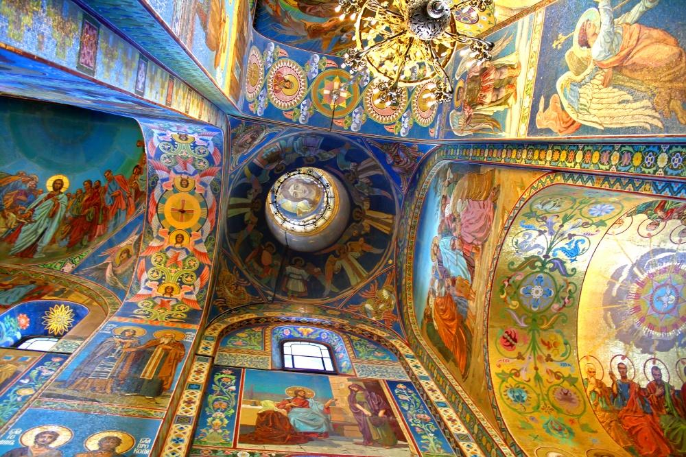 Внутри храм представляет собой настоящий музей мозаики инастенной росписи.