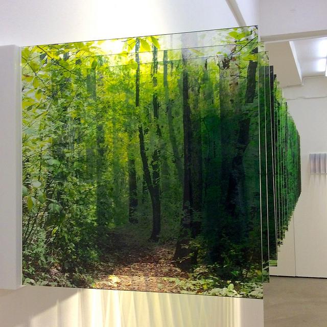 Нобухиро делает несколько фотографий одного и того же места, с небольшим промежутком времени и измен