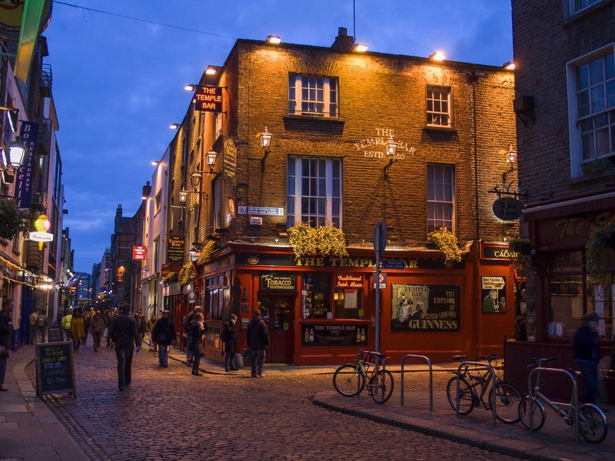 В Ирландии множество гостиниц и пабов, попробуйте также пешие туры по Дублину и зеленым холмам и при