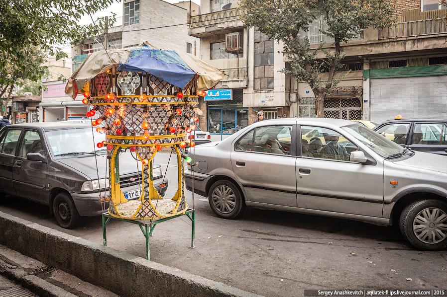 38. Гуляя по Тегерану во второй день, на тротуаре мы увидели вот такую необычную конструкцию. Сначал