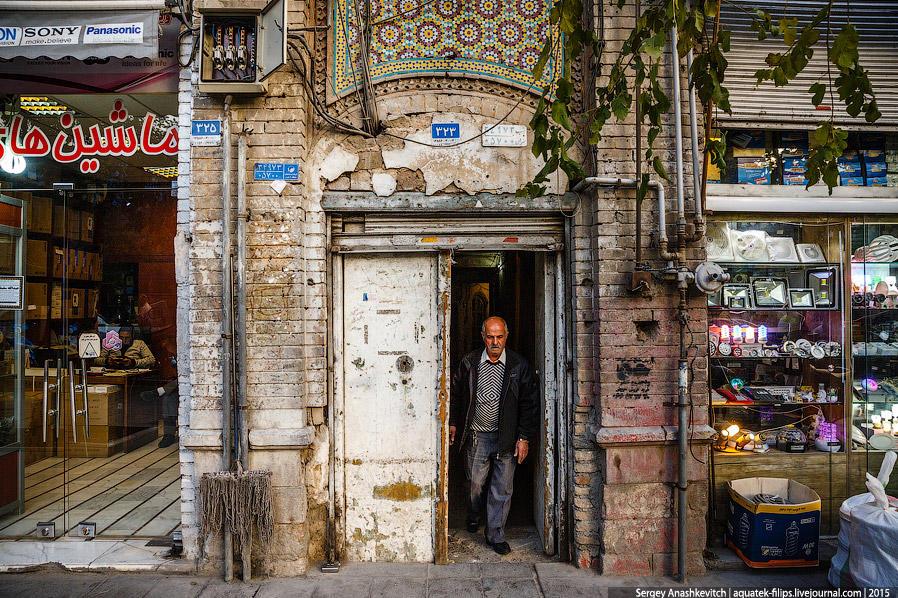 36. В Тегеране сильно бросается в глаза обшарпанность, которая здесь везде. В какой-то мере она, кон