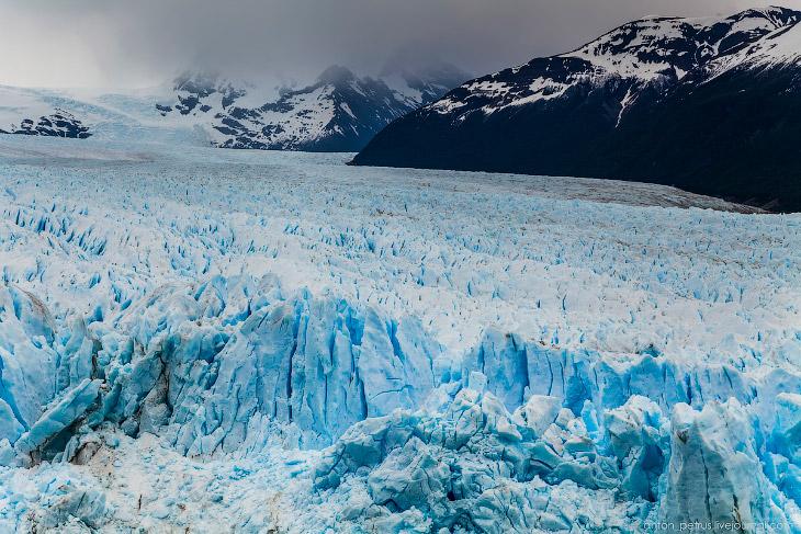2. При первом взгляде на ледник просто отнимает дар речи. Это огромная ледяная глыба яркого синего ц