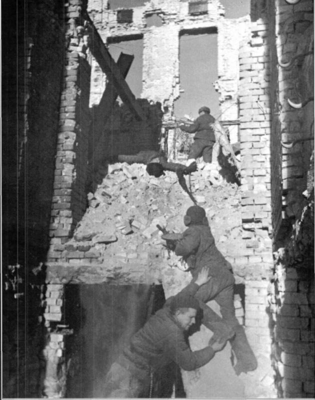 Советские солдаты в бою среди разрушенных зданий в Сталинграде.jpg