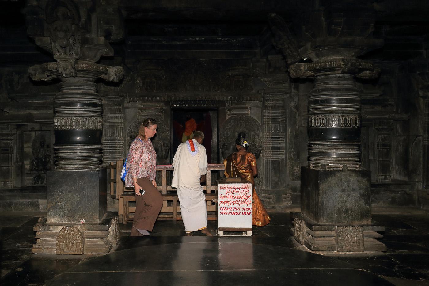Фото №18. Chennakesava Temple. Алтарь и площадка для танцовщиц (девадаси). Куда поехать в Карнатаке. 1/60, 0 eV, f 10, 32mm, ISO 800, вспышка.