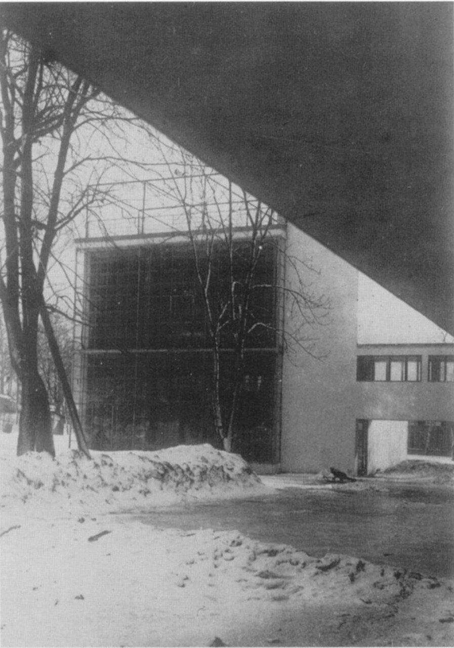 Зимний вид здания с мостом