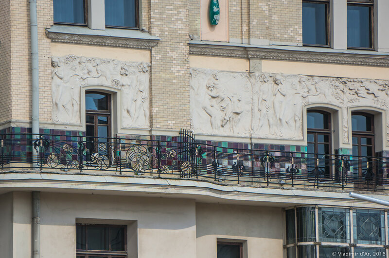 Скульптурный фриз «Времена года», опоясывающий здание гостиницы «Метрополь». Западная сторона здания. Николай Андреев.