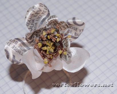 Как сделать розу из ткани. Роза из атласа с газетнтым принтом.