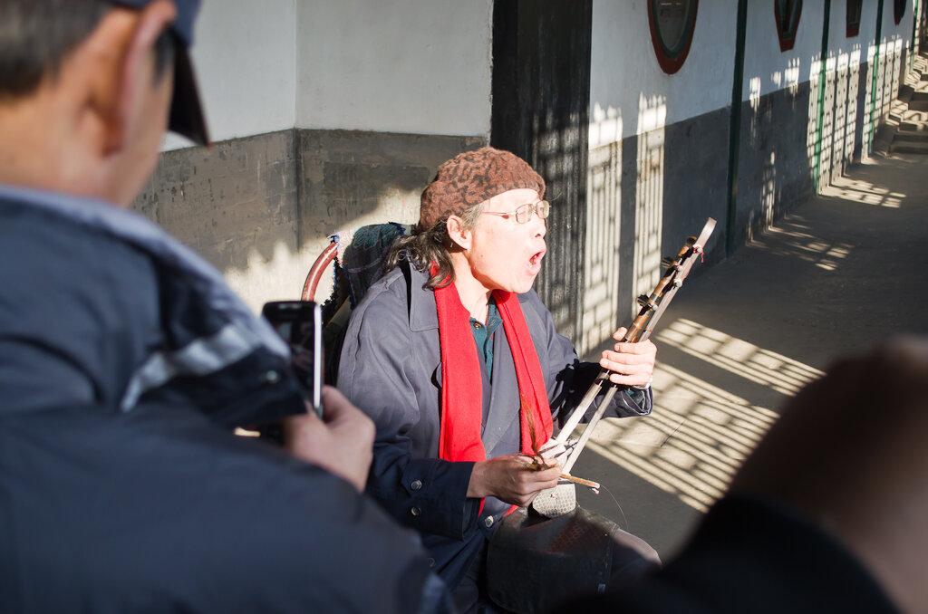 Фото. Народный песняр в Летнем Императорском Дворце
