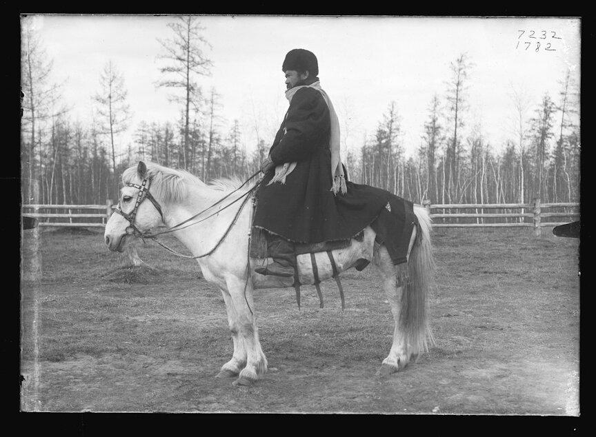 Якутский начальник в зимнем платье, верхом на лошади, Якутск, 1902