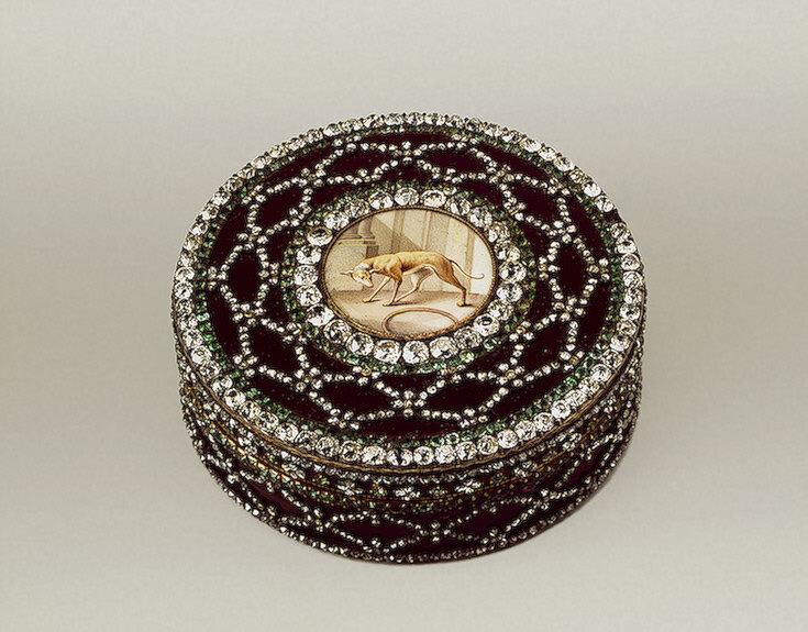 Табакерка из горного хрусталя с бриллиантовыми рокайлевыми